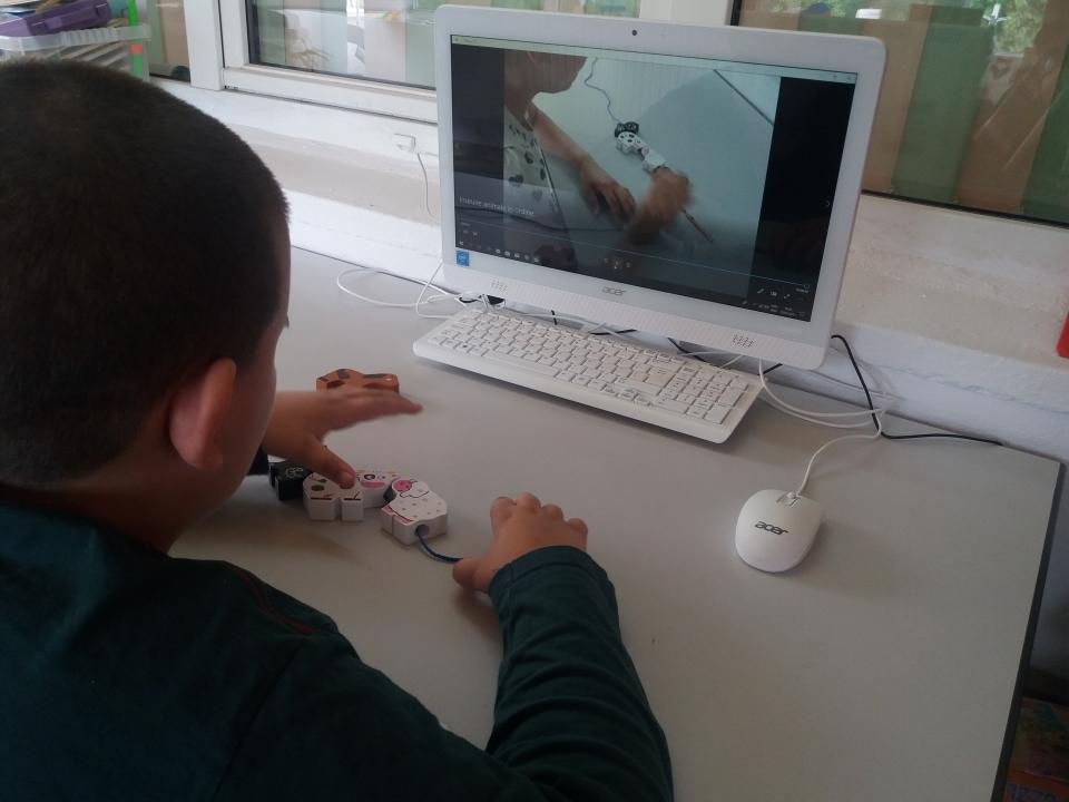Estudiante mirando un escenario de video